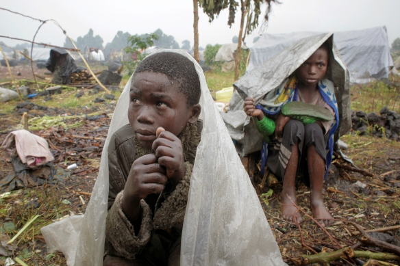 Image:Internally displaced Congolese children shelter from the  rain .